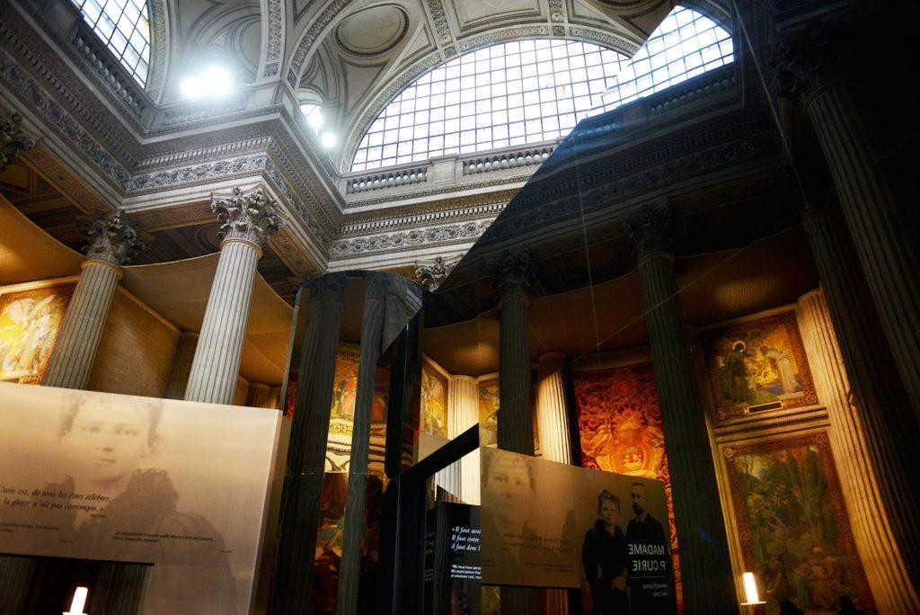 Raymond Sarti : scénographie exposition Marie Curie, Panthéon Paris